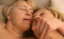 OmaPass Granny lesbians with toys